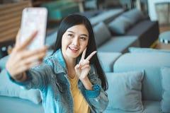 Aantrekkelijke Aziatische vrouw het drinken koffie vrolijke meisje het drinken koffie of thee in ochtend royalty-vrije stock foto's