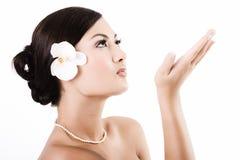 Aantrekkelijke Aziatische vrouw na schoonheidstherapie Stock Foto's