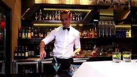 Aantrekkelijke barmens die een cocktail maken stock footage