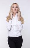 Aantrekkelijke bedrijfsvrouw in blouse en broek Stock Afbeelding