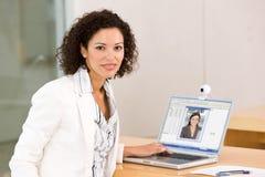 Aantrekkelijke bedrijfsvrouw die aan laptop werkt Stock Foto's