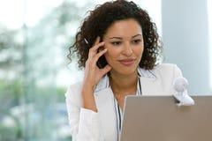 Aantrekkelijke bedrijfsvrouw die aan laptop werkt