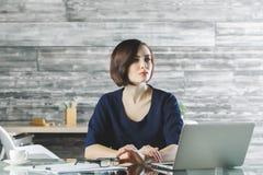 Aantrekkelijke bedrijfsvrouw die aan project werken royalty-vrije stock afbeeldingen