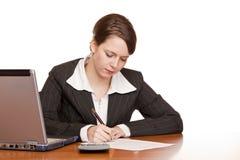 Aantrekkelijke bedrijfsvrouw die contract ondertekent stock fotografie