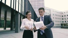 Aantrekkelijke bedrijfsvrouw die haar project aan de bedrijfsmens op hun manier tonen aan bureau stock video