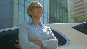Aantrekkelijke bedrijfsvrouw die in heldere toekomstige, succesvolle carrière vooruitzien stock footage