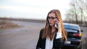 Aantrekkelijke bedrijfsvrouw die mobiele telefoon met behulp van stock video