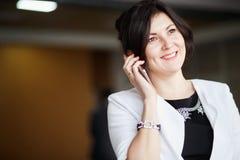 Aantrekkelijke bedrijfsvrouw die op de telefoon spreekt royalty-vrije stock foto