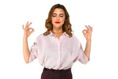 Aantrekkelijke bedrijfsvrouw die proberen te kalmeren, samen houdend haar vingers stock afbeelding