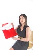 Aantrekkelijke BedrijfsVrouw die rode omslag en p houdt Stock Foto