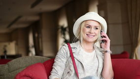 Aantrekkelijke bedrijfsvrouw die slimme telefoon met behulp van stock video