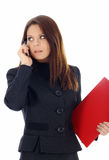 Aantrekkelijke bedrijfsvrouw die telefonisch roept Stock Foto's