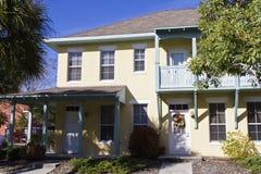 Aantrekkelijke betaalbare huisvestingseenheden stock foto
