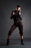 Aantrekkelijke blond in het zwarte kleren dansen Stock Foto