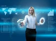 Aantrekkelijke blonde die futuristische interface navigeert Stock Afbeeldingen