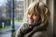 Aantrekkelijke blonde jonge vrouw die in openlucht, camera bekijken royalty-vrije stock afbeelding