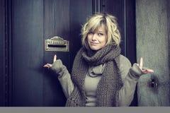 Aantrekkelijke blonde jonge vrouw die in openlucht, camera bekijken royalty-vrije stock fotografie