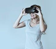 Aantrekkelijke blonde vrouw die de visiebeschermende brillen dragen die van de hoofdtelefoonvr virtuele werkelijkheid op video le royalty-vrije stock afbeeldingen