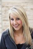Aantrekkelijke Blonde Vrouw in Hoodie Stock Foto