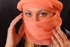 Aantrekkelijke blonde vrouw in kaap Royalty-vrije Stock Foto