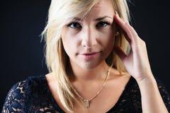 Aantrekkelijke blonde vrouw op studio Stock Afbeeldingen