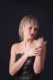 Aantrekkelijke blonde vrouw op studio donkere achtergrond Royalty-vrije Stock Afbeeldingen