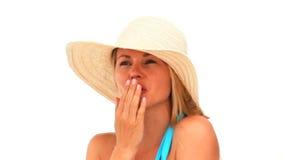 Aantrekkelijke blondevrouw met een hoed stock videobeelden