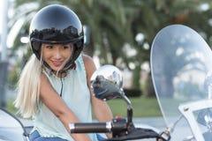 Aantrekkelijke blondevrouw met sidecar van de helmn douane fiets lookin royalty-vrije stock foto