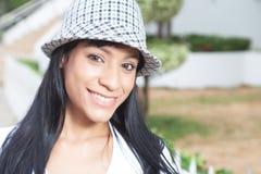 Aantrekkelijke Braziliaanse vrouw die met hoed zijdelings kijken royalty-vrije stock afbeeldingen