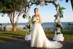 Aantrekkelijke bruid buiten Royalty-vrije Stock Afbeelding