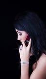 Aantrekkelijke brunette die door mobiel roept Stock Fotografie