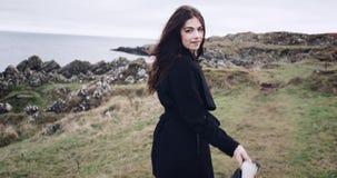 Aantrekkelijke buitensporige vrouw, het glimlachen en het flirten Bewegende levende ademhalingscamera 4K stock video