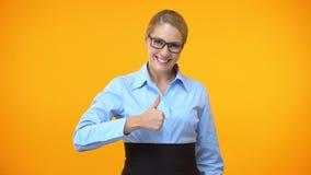 Aantrekkelijke bureaumanager die duimen tonen, bedrijfsprojectgoedkeuring, idee stock video