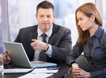 Aantrekkelijke businesspeople die bespreking heeft Stock Afbeeldingen