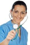 Aantrekkelijke dame arts (nadruk in de stethoscoop) Stock Afbeeldingen