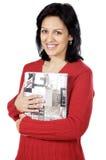 Aantrekkelijke dame die van een boek houdt Stock Afbeeldingen