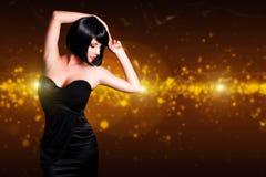 Aantrekkelijke dansende zwarte haired vrouw stock afbeelding