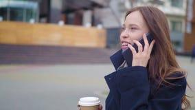 Aantrekkelijke donkerbruine Bedrijfsvrouw die Smartphone in de Stad gebruiken Vrij Jonge Bedrijfsvrouw die telefonisch spreken en stock videobeelden