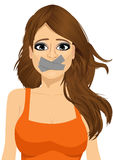 Aantrekkelijke donkerbruine jonge tot zwijgen gebrachte vrouw Royalty-vrije Stock Afbeelding