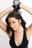 Aantrekkelijke Donkerbruine Vrouw die Barbells-Wit krullen royalty-vrije stock fotografie