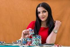 aantrekkelijke donkerbruine vrouw met casinospaanders royalty-vrije stock fotografie