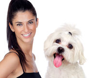 Aantrekkelijke donkerbruine vrouw met haar weinig hond Royalty-vrije Stock Foto's