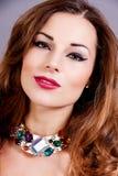 Aantrekkelijke donkerbruine vrouw met jewellry glamour Stock Afbeelding