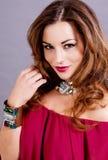 Aantrekkelijke donkerbruine vrouw met jewellry glamour Stock Fotografie