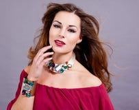 Aantrekkelijke donkerbruine vrouw met jewellry glamour Royalty-vrije Stock Foto