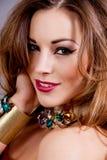 Aantrekkelijke donkerbruine vrouw met jewellry glamour Stock Afbeeldingen