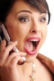 Aantrekkelijke donkerbruine vrouw met mobiele telefoon stock afbeeldingen