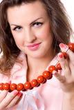 Aantrekkelijke donkerbruine vrouw met rode parels Stock Foto's