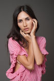 Aantrekkelijke donkerbruine vrouw in roze kleding stock foto's