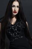 Aantrekkelijke donkerbruine vrouw in zwarte kleding royalty-vrije stock fotografie